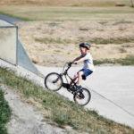 Anak kecil bermain sepeda