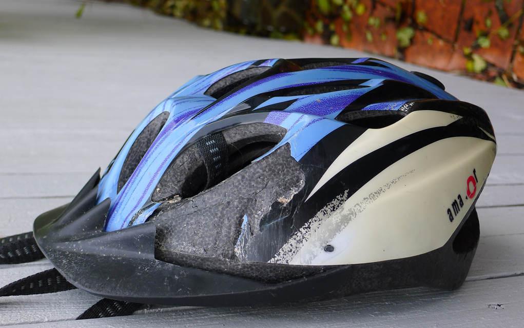 segera ganti jika helm sepeda rusak