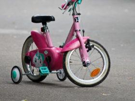 membeli sepeda anak