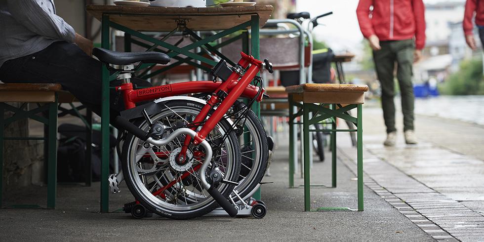 Sepeda Lipat Brompton di bawah meja