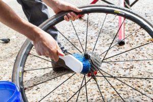Melepas roda sepeda bisa memudahkan mencuci sepeda