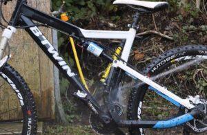 Mencuci sepeda dengan air bertekanan