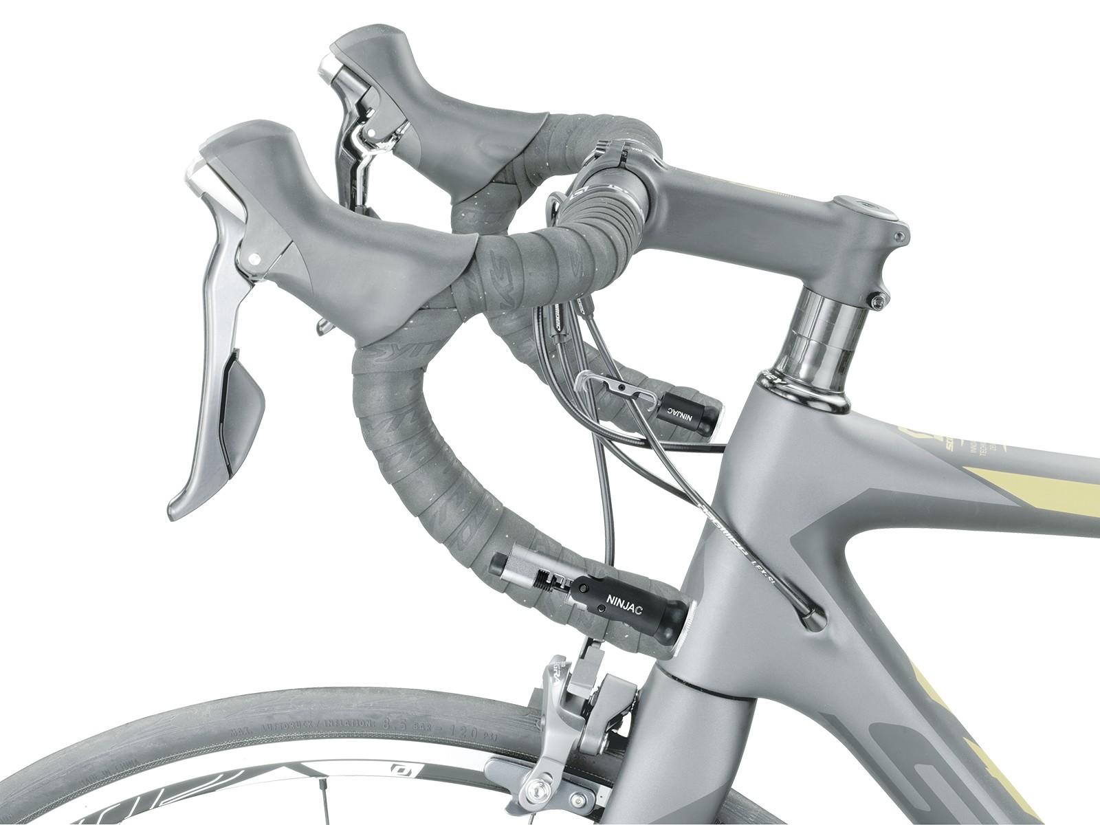 Topeak Ninja C dimasukkan pada stang sepeda balap