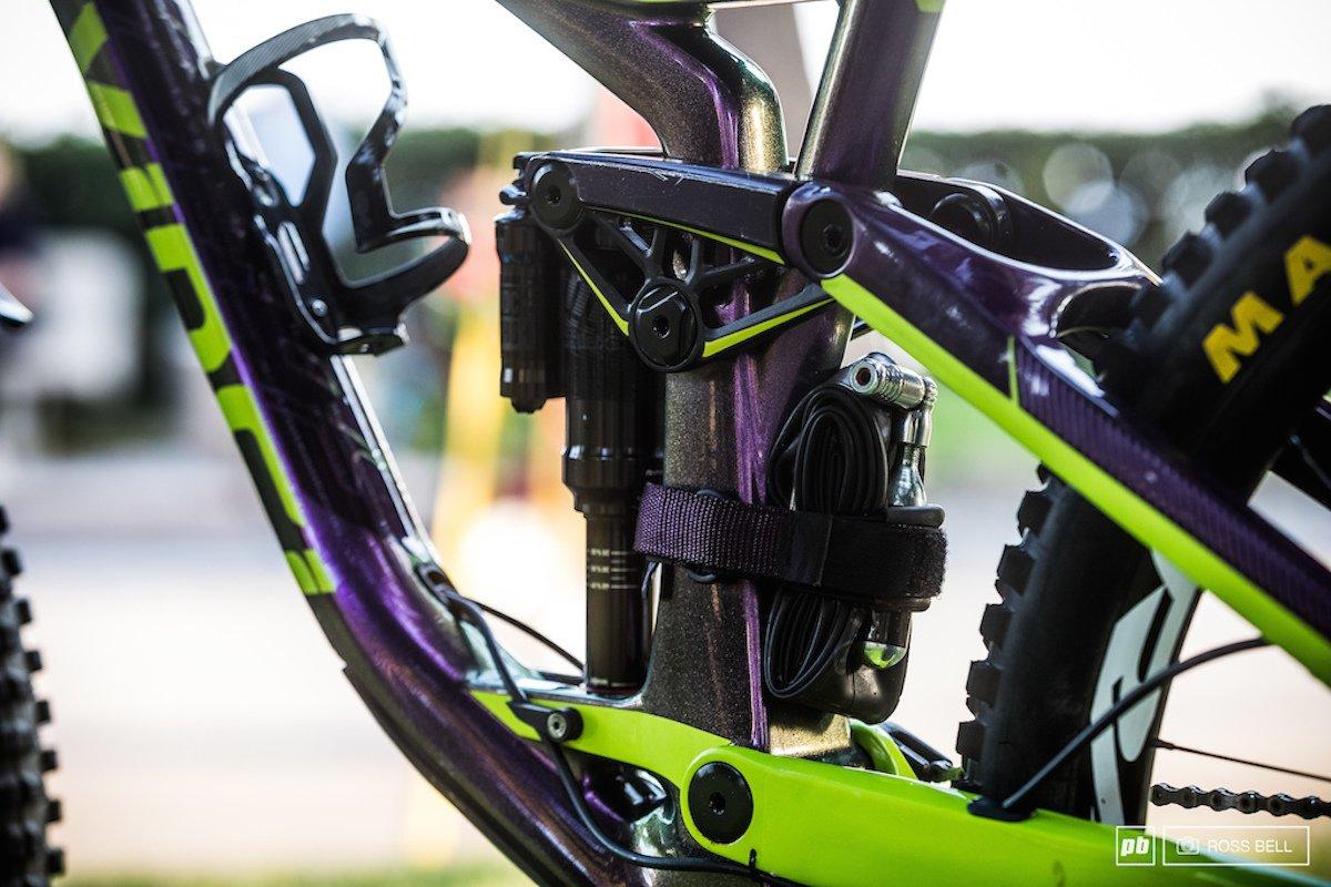 Velcro untuk mengikat barang pada frame sepeda