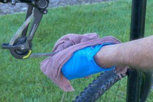 Mengeringkan rantai sepeda