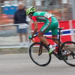 Pembalap sepeda mempercepat sepeda sambil berdiri