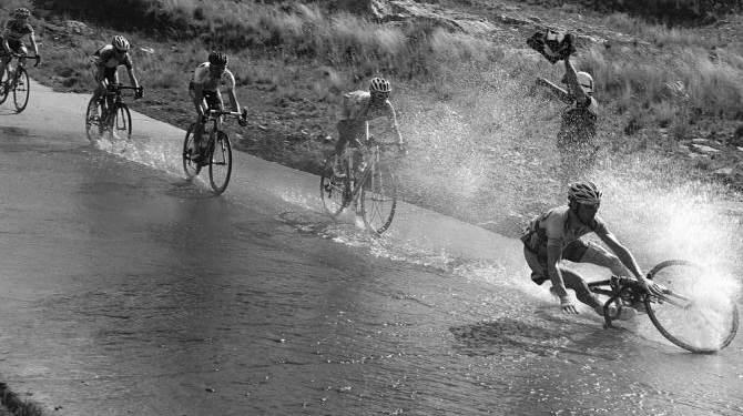 Kurangi kecepatan sepeda ketika jalan basah