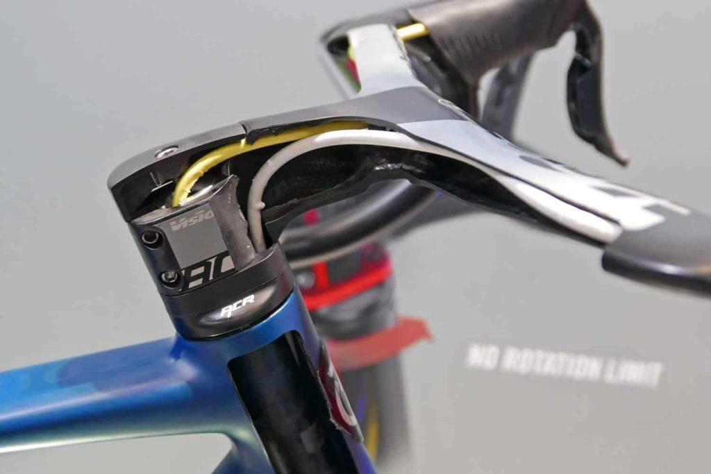 Stem dan stang sepeda dengan jalur kabel internal